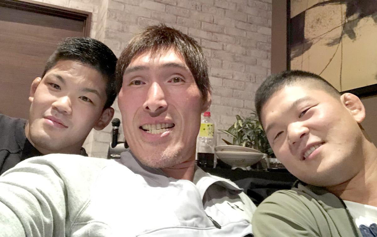 大野将平(左端)と兄・哲哉さん(右端)と。顔のサイズに違いに注目?(篠原氏提供)