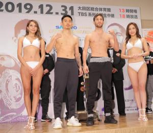 前日計量を1回でクリアしポーズを取る王者・井岡一翔(左から2人目)と挑戦者のシントロン(同3人目)
