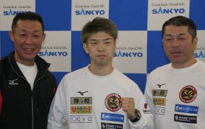 V3から一夜明け、20年の飛躍を誓った田中恒成(中)。右は父・斉トレーナー、左は畑中清詞会長(カメラ・田村 龍一)