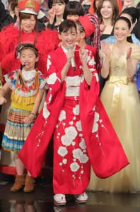 第70回NHK紅白歌合戦で紅組司会を務めた綾瀬はるか(中央、カメラ・小泉 洋樹)