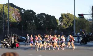 皇居を背に日比谷交差点を集団で力走する1区の選手たち