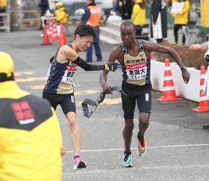 東京国際大2区・伊藤達彦(左)