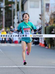 1位でゴールした青学大5区・飯田貴之(カメラ・竜田 卓)