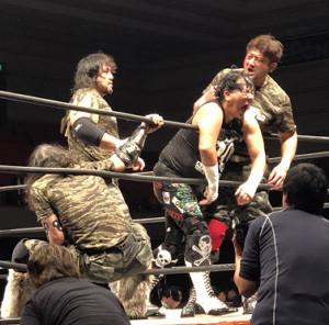 大仁田(手前中央)を攻める(奥左から)大森、征矢、AKIRAのフルメタルワイルド
