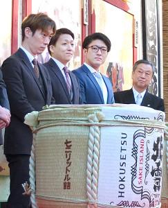 鏡開きを行った(左から)坂東巳之助、中村米吉、中村橋之助、松竹・安孫子正副社長