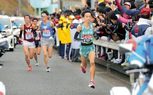 2区で先頭集団から抜け出し、引き離す青学大1年生の岸本(右)(カメラ・生澤 英里香)