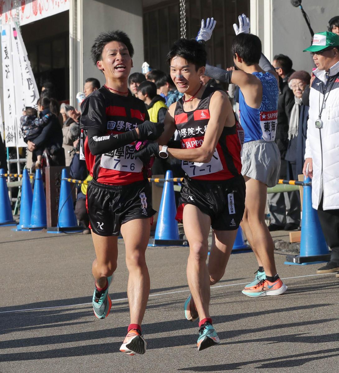 国学院大6区・島崎慎愛(左)から、国学院大7区・木付琳(右)にタスキが渡る