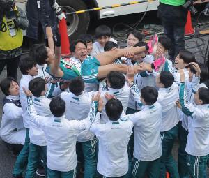 2年ぶり5回目の総合優勝を決め胴上げされる青学大10区・湯原慶吾(カメラ・池内 雅彦)