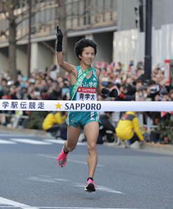 優勝のゴールテープを切った青学大10区・湯原慶吾(カメラ・相川 和寛)