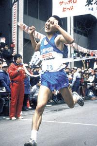 1987年1月3日、箱根駅伝10区で山梨学院大のアンカーとしてゴールテープを切る高橋さん(C)月刊陸上競技