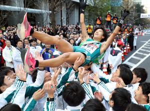箱根駅伝で総合優勝を決め、胴上げされる青学大アンカーの湯原慶吾