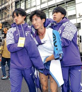 総合8位でゴールして悔しそう表情を見せる駒大10区・石川(中)
