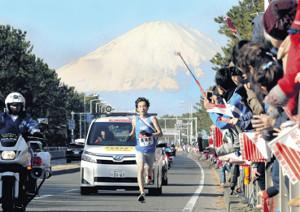 富士山を背に力走する東海大8区・小松(カメラ・相川 和寛)