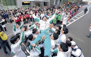 2年ぶりに総合優勝を果たし、胴上げされる青学大の原監督(カメラ・橋口 真)