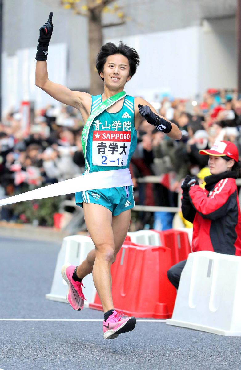 総合優勝のゴールテープを切る青学大・湯原(カメラ・相川 和寛)