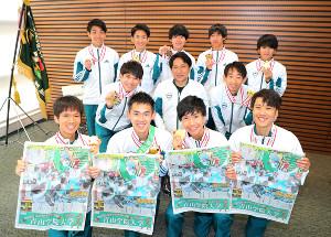 箱根駅伝優勝を伝えるスポーツ報知を手にする青学大選手と原晋監督(2列目中央)