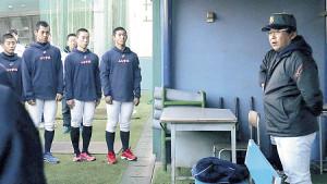 今年初練習でナインに向けて話す山梨学院・吉田監督(右)