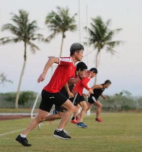 グアム自主トレで早朝練習を行う横浜CのFW三浦知良