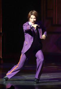 ホテルマンの衣装で踊る瀬戸かずや