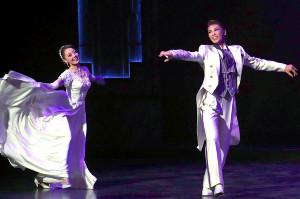 フィナーレでデュエットダンスを披露する瀬戸かずや(右)と朝月希和