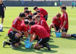 練習中に氷水に手を入れて暑熱対策を行うU-23日本代表