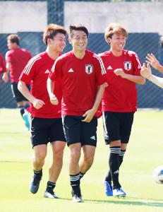 公式練習でランニングするU―23日本代表の(左から)上田、杉岡、森島