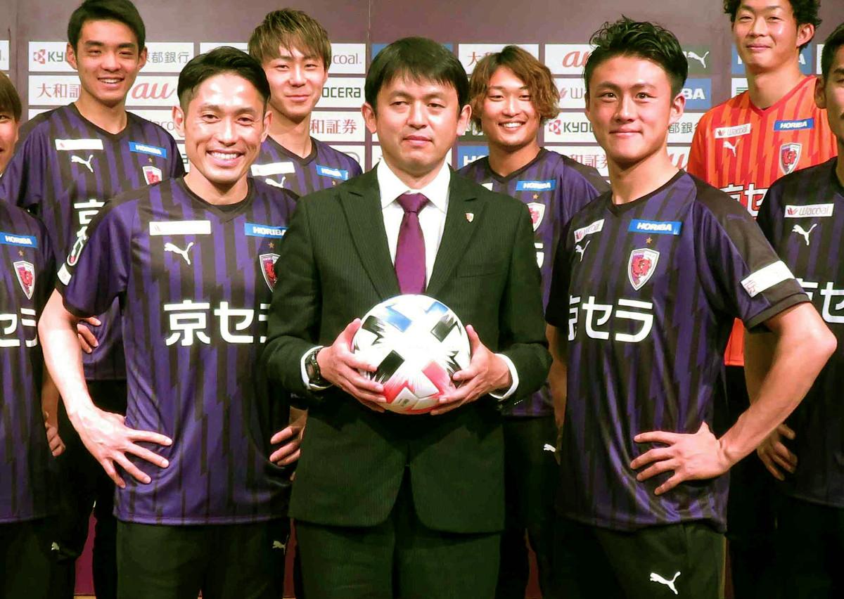 新体制発表を行った京都の(前列左から)森脇、實好監督、李