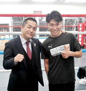10か月ぶりの試合を行うことを発表した黒田雅之(右、左は新田渉世会長)