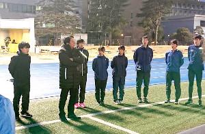 第97回箱根駅伝に向けて始動した青学大新チーム。原晋監督(左から2人目)はテレビで見せる顔とは一転、厳しい表情で選手を指導した