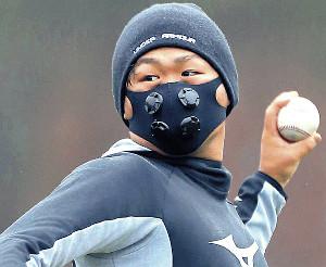 トレーニングマスクを着用してキャッチボールを行う田口