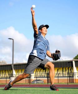 ハワイで自主トレを行った菅野は、キャッチボールでキレのあるボールを投げ込んだ(カメラ・中島 傑)