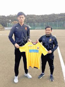 来季の札幌加入が内定している法大GK中野(左)。右は同大の長山監督