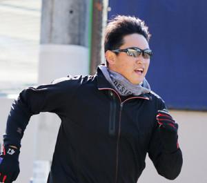 相棒の度付きサングラスをかけ坂道をダッシュする鈴木健