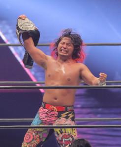 4日のIWGPジュニアヘビー級戦でウィル・オスプレイを破り王座奪取。ベルトを高く掲げた高橋ヒロム(カメラ・中島 傑)
