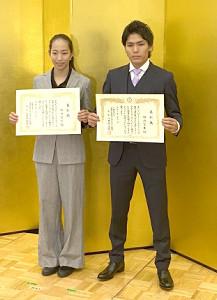 2019年シーズンの表彰式で優秀選手賞を受賞し、賞状を掲げる野口啓代(左)と楢崎智亜