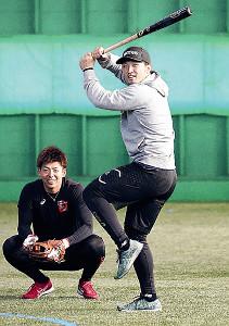 キャッチボールしていた野間(左)の前でバットを構える鈴木誠