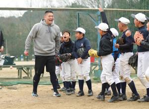 子供たちと守備練習をする筒香嘉智(左)