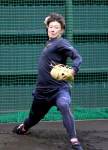 ネットに向けて投球練習する吉田輝