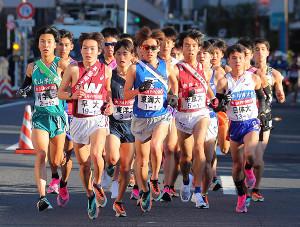 1区、集団で走る各校の選手たち(カメラ・生澤 英里香)