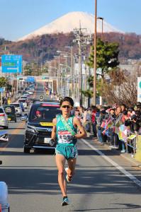7区、冠雪した富士山をバックに力走する青学大・中村友哉(カメラ・生澤 英里香)