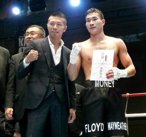 65キロ級で優勝したトゴルドル・バットツォグト(右)は内山高志氏と記念撮影