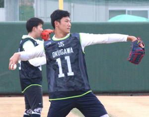 新人合同自主トレでキャッチボールをする奥川(手前、カメラ・後藤 亮太)
