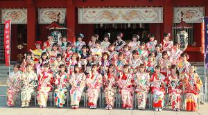 晴れ着で成人祈願するAKB48グループのメンバー達