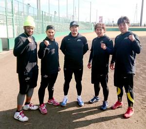 自主トレを公開した「チーム浅村」(左からオコエ、フェルナンド、浅村、愛斗、内田)(カメラ・山口 泰史)