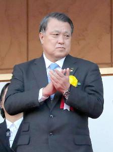 静岡学園イレブンに拍手を送る田嶋幸三会長