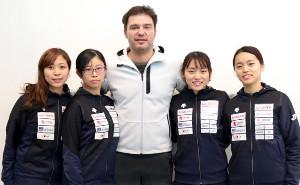 遠征から帰国した女子フルーレ団体日本代表(左から)菊池小巻、辻すみれ、フランク・ボアダンコーチ、東晟良、東莉央