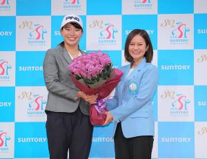 宮里藍さん(右)から花束をもらう渋野日向子