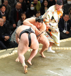遠藤(右)が豪栄道を突き落としで破る(カメラ・森田 俊弥)