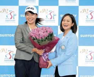宮里藍さん(右)からお祝いの花束をもらい笑顔を見せる渋野(カメラ・生澤 英里香)