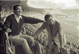 後楽園球場のスタンドで笑顔を見せる田淵幸一さん(右)と長嶋茂雄さん